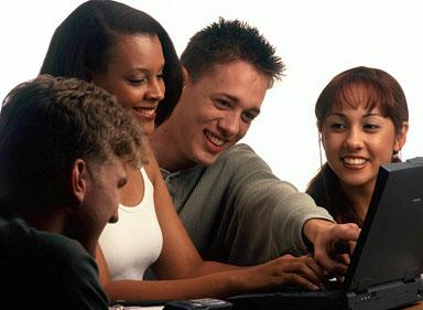 Grup de oameni la computer